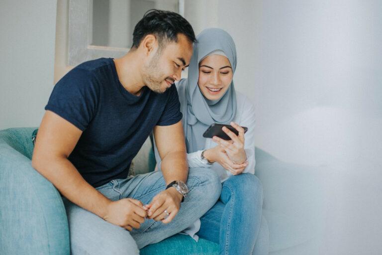 Flüchtlings-App betrachtet von Flüchtlingen auf ihrem Smartphone