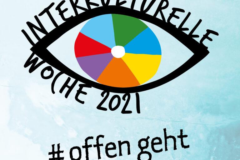 """Auf blauem Hintergrund steht das Logo der Interkulturellen Woche 2021 - ein Auge mit einer bunten Iris und den Wörtern """"interkulturelle Woche 2021"""" als Wimpern. Darunter steht der #offengeht."""